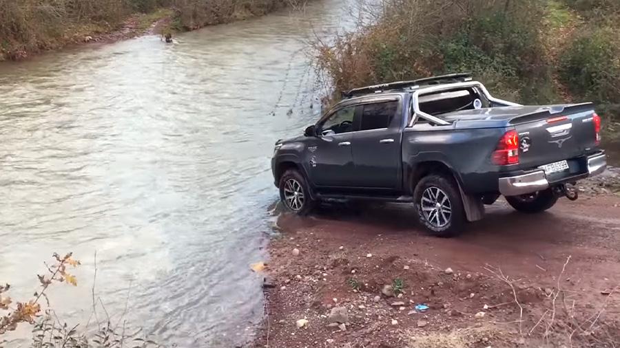 Cruzar un río con una todoterreno debe realizarse con suma precaución