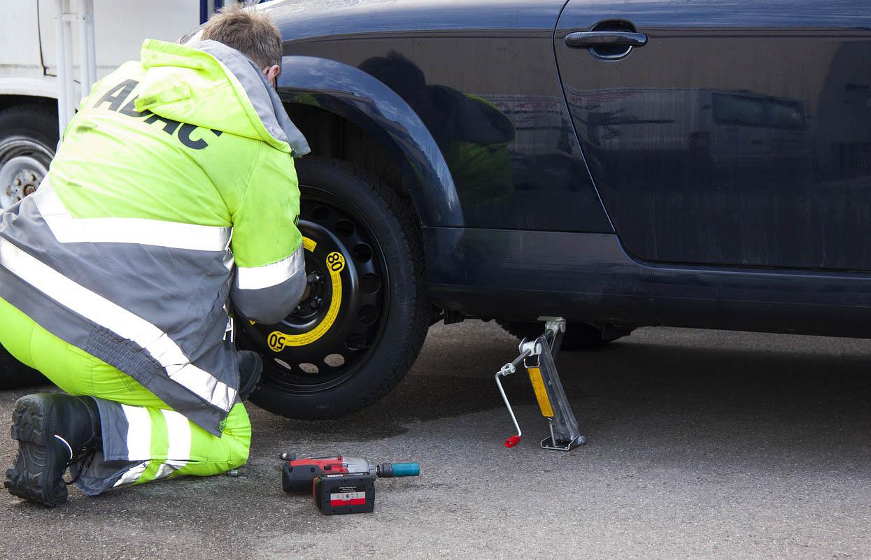 Si tienes un percance con la llanta puedes usar un sellador de neumáticos