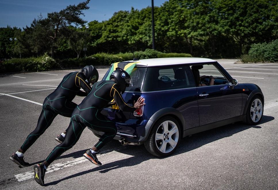 Video: Atletas jamaicanos entrenan para los Juegos Olímpicos de invierno, empujando un Mini Cooper