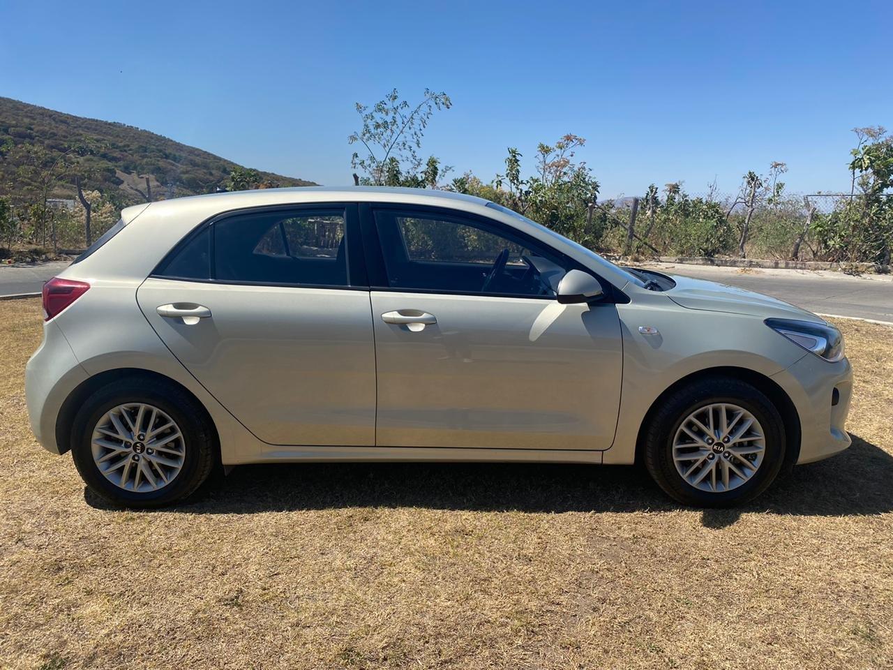 Kia Rio platino hatchback usados baratos