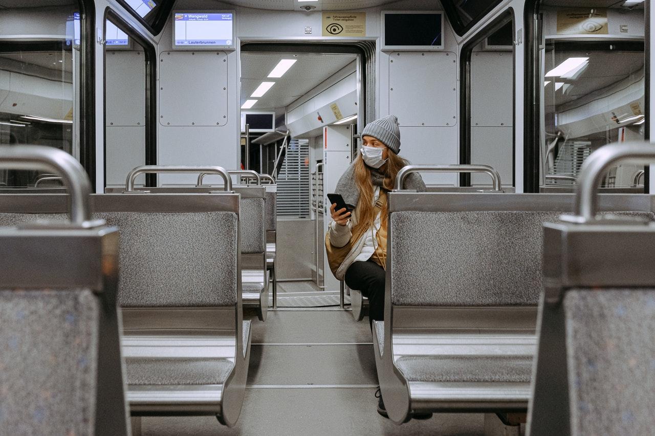 Habría menos riesgo de contagio de coronavirus en el transporte público de Francia y Japón