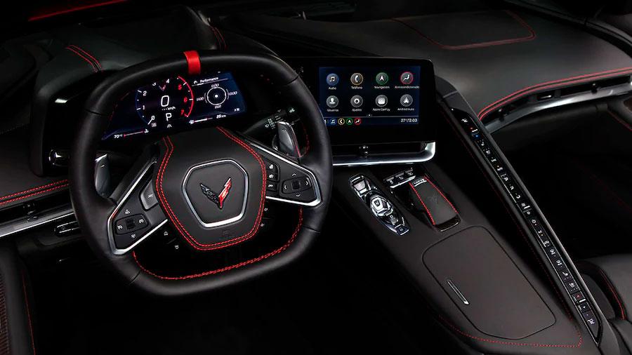 La cabina Chevrolet Corvette Z51 Coupe Performance Package 2020 resena opiniones está totalmente orientada hacia el piloto y su experiencia de manejo