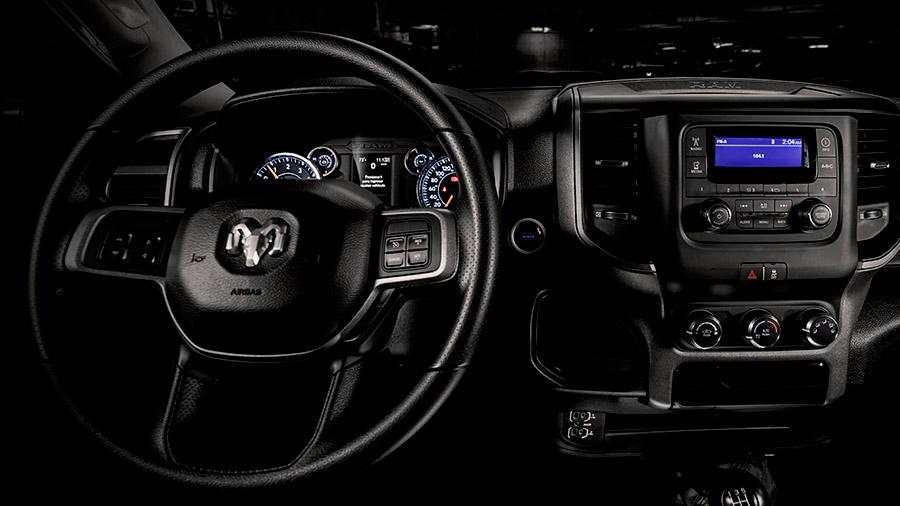 Podemos gestionar la música desde el volante por sus controles de audio integrados Ram 4000 Crew Cab 2020 resena opiniones