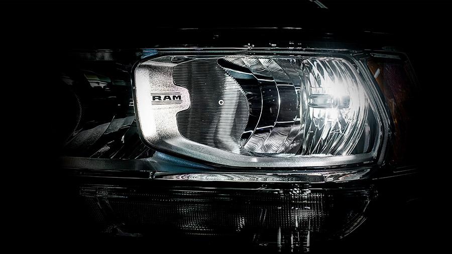 Los faros principales Ram 4000 Crew Cab 2020 resena opiniones son de luz halógena