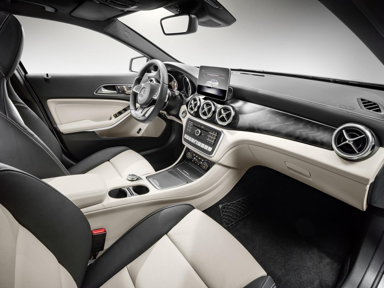 La Mercedes-Benz GLA muestra lujo en su interior