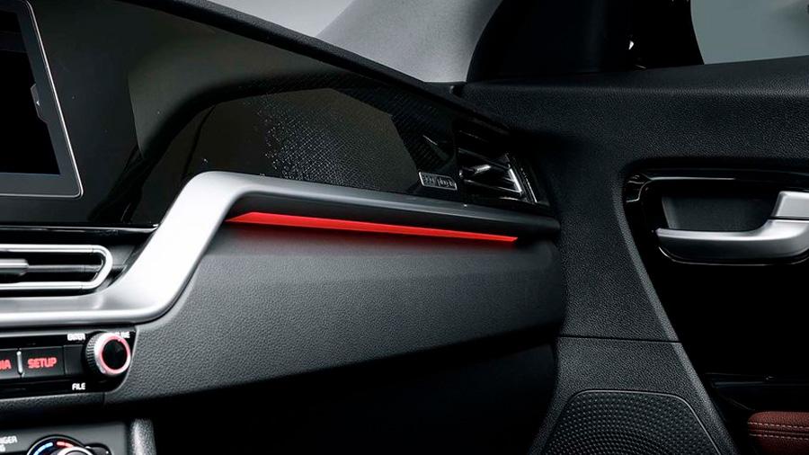 Es una camioneta con detalles estéticos que le dan un toque moderno y vanguardista al interior
