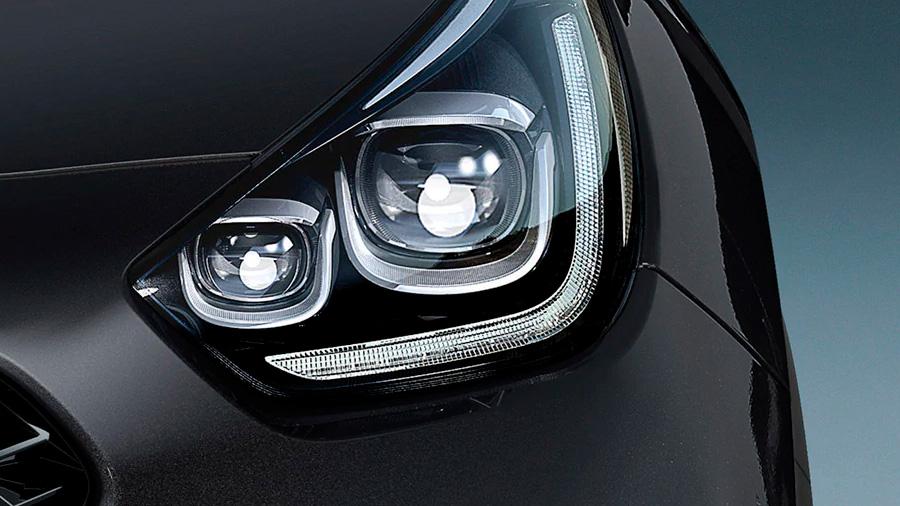 Cuenta con faros principales de proyección LED