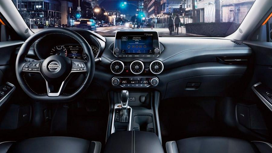 La cabina Nissan Sentra precio mexico está construida con materiales de mejor calidad, si se compara con la edición anterior