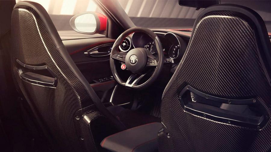 El volante tiene detalles en fibra de carbono
