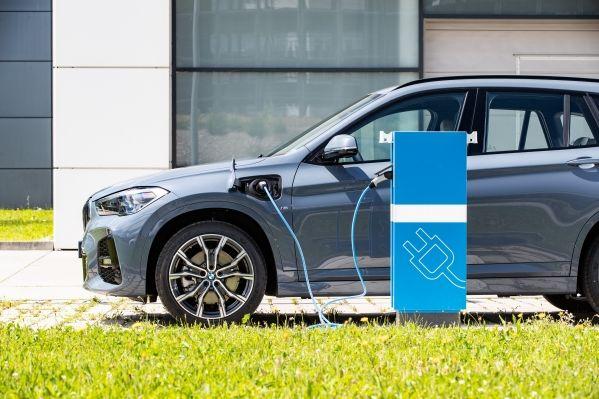 La meta de BMW es vender 7 millones de eléctricos e híbridos enchufables para 2030