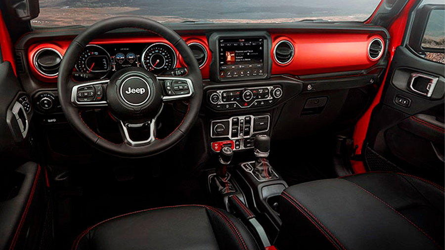 El interior tiene un estilo retro que también hace referencia a la conducción de aventura