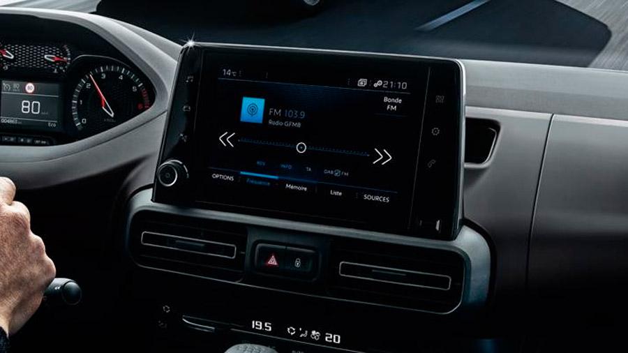 La pantalla central es de 8 pulgadas, además de facilitar la gestión multimedia