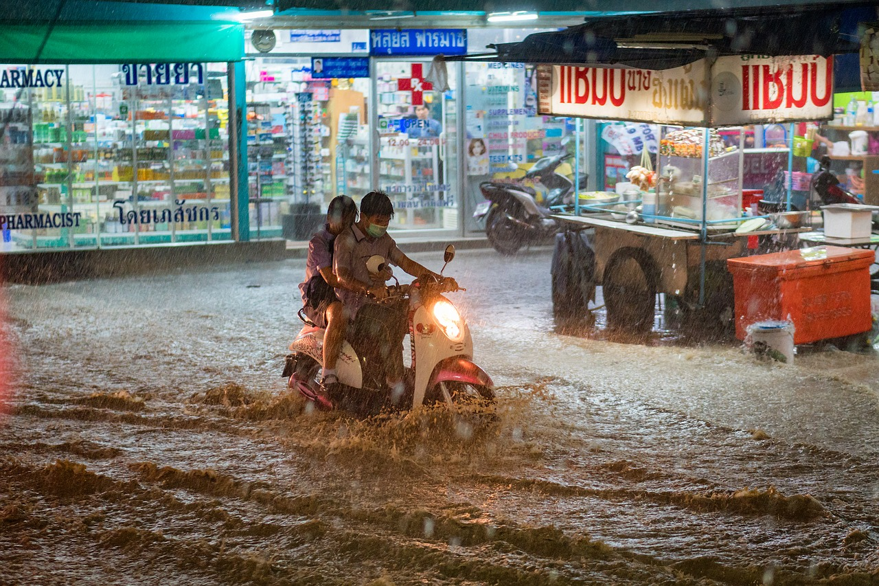 Consejos para conducir tu moto durante temporada de lluvias