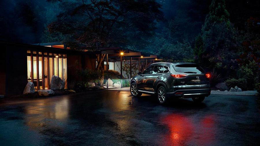 Es una SUV de 3 filas con un diseño único, una cabina que prioriza la calidad y el confort, y un manejo eficiente