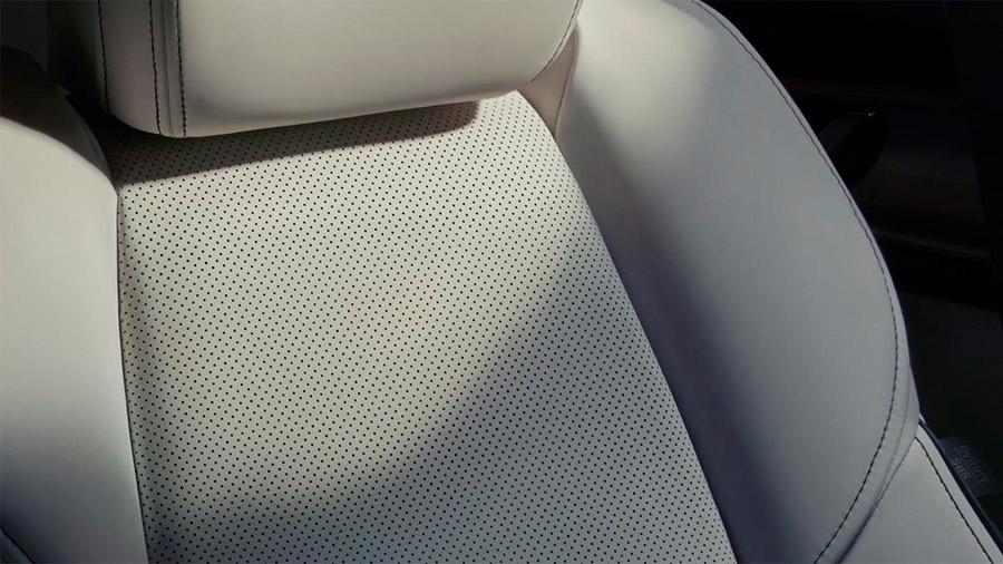 La tecnología calefactable en los asientos delanteros y traseros es exclusiva de esta versión