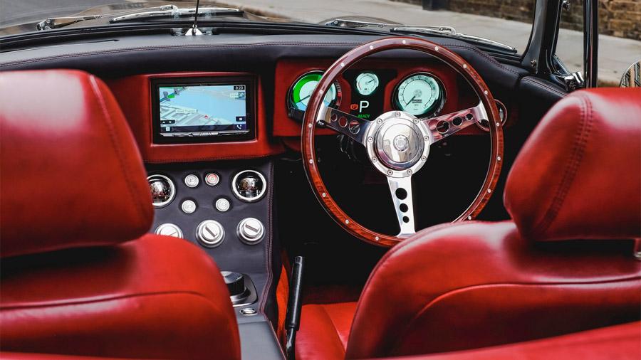 El interior recurre a materiales premium, además de incorporar tecnologías para el infotenimiento