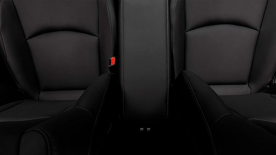 Las vestiduras de los asientos son de piel sintética