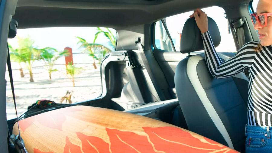 El interior prioriza la funcionalidad para el día a día y los viajes familiares