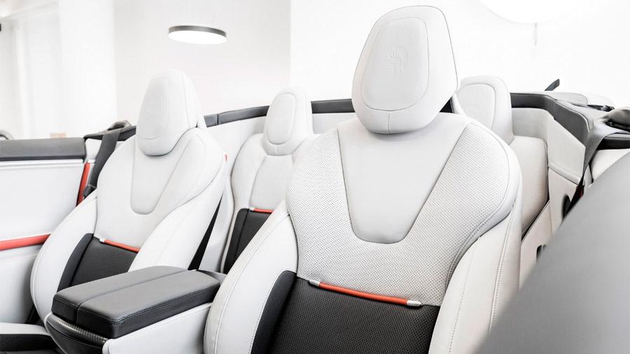 Los asientos traseros tuvieron que ser reposicionados debido a la integración de la capota retráctil