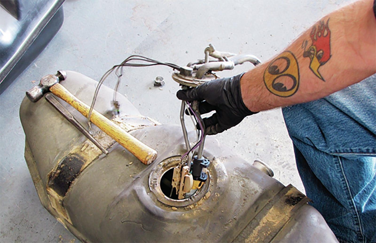 Arreglar la falla de labomba de gasolina por ti mismo en un auto moderno podría ser más complicado