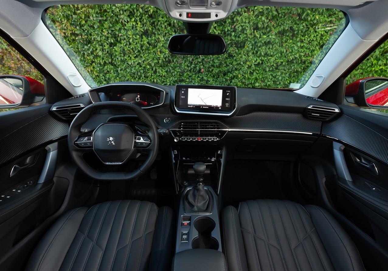 Peugeot 2008 Allure 2022 Suzuki S-Cross Boosterjet 2021 comparativa