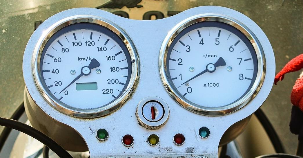 Qué es y cómo funciona el tacómetro de tu auto