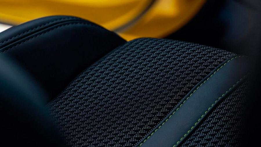 Los asientos están forrados en tela y piel