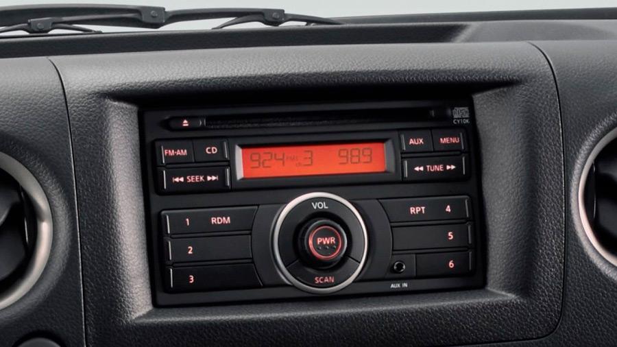 Lleva radio AM/FM, así como reproductor de CD y conexión auxiliar
