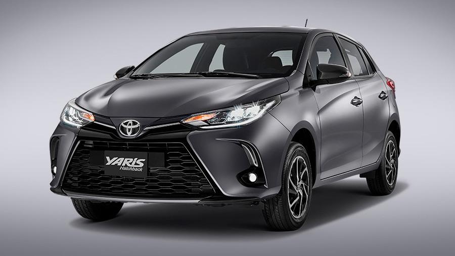 El Toyota Yaris luce algo escueto en comparación con sus rivales