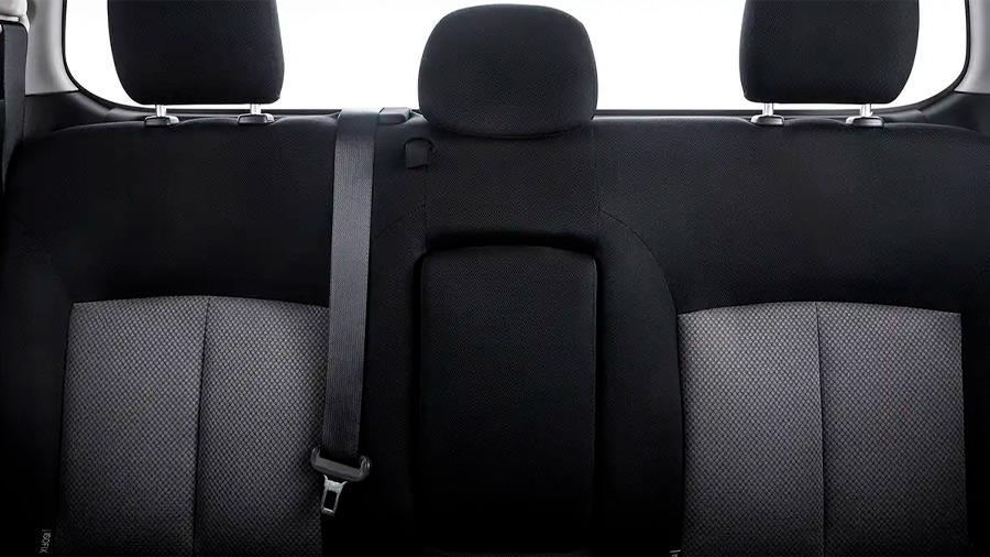 Los asientos están forrados en tela color negro