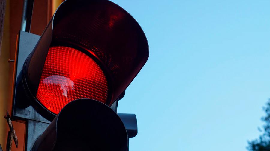Una de las fotomultas más comunes tiene que ver con automovilistas que se pasan la luz roja del semáforo