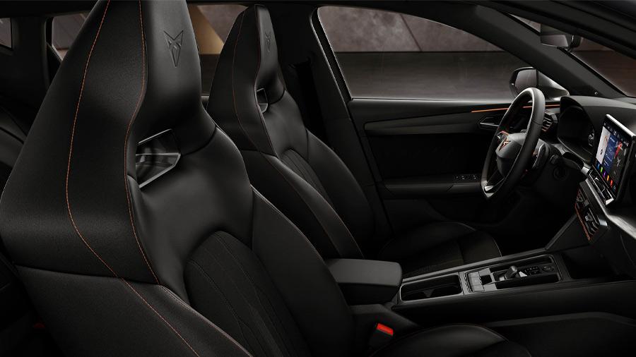 El interior del Cupra León precio sobresale por sus asientos deportivos tipo cubo