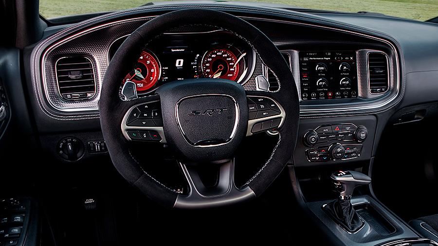 El volante del Dodge Charger Widebody SRT 2021 combina piel y alcantara