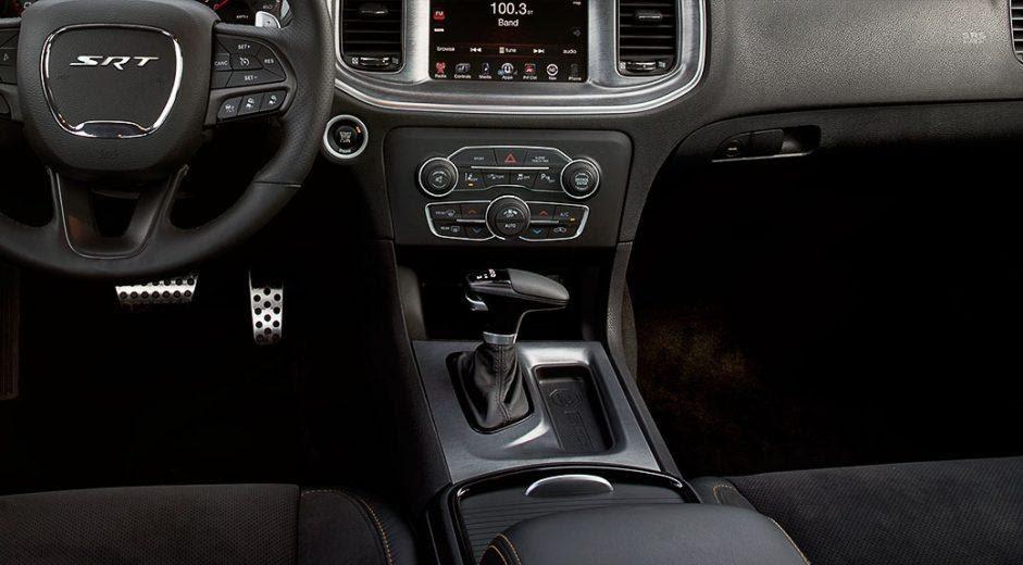 El Dodge Charger Widebody SRT 2021 lleva pedales de apariencia metálica