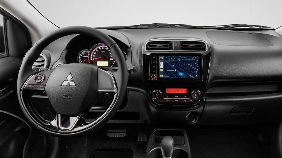 El Mitsubishi Mirage G4 GLS CVT 2022 tiene un sistema de infotenimiento básico, pero con las características necesarias para un viaje conectado