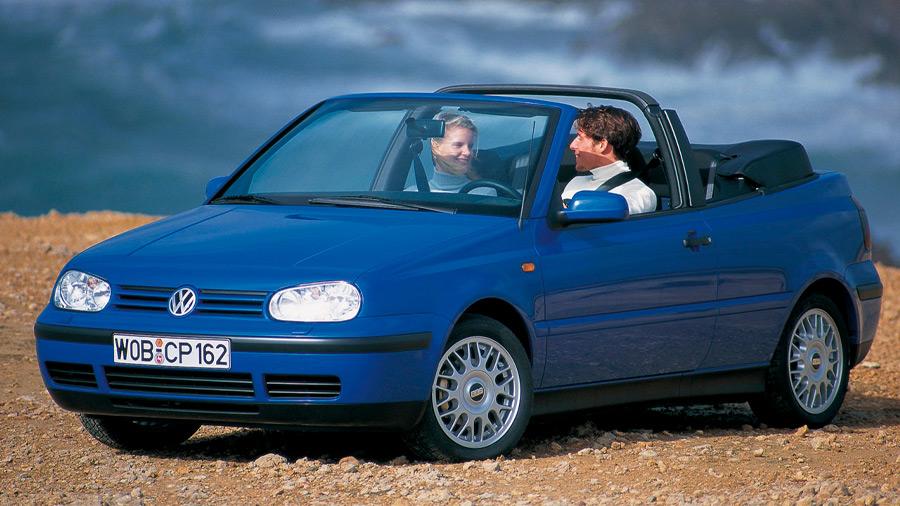 La segunda fila del Volkswagen Cabrio en venta no resulta demasiado amplia como para llevar a un par de adultos