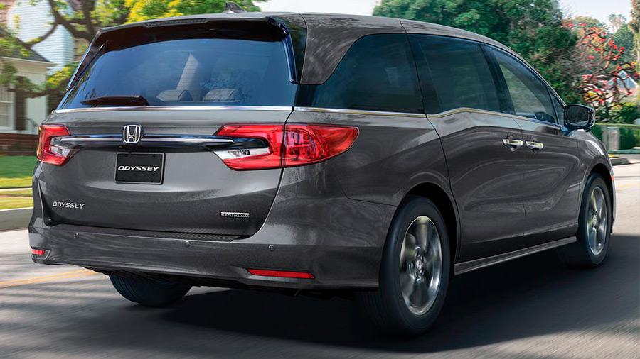 La Honda Odyssey Touring 2022 tiene un diseño moderno en comparación con otras minivan