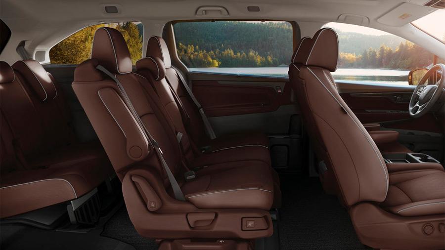 El interior de la Honda Odyssey Touring 2022 tiene tapicería en piel