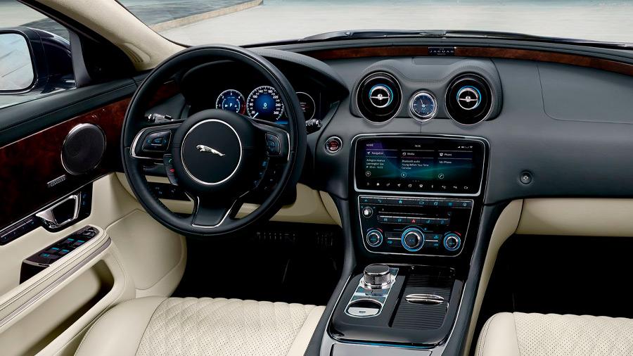 El Jaguar XJ en venta presume una cabina espaciosa en ambas filas