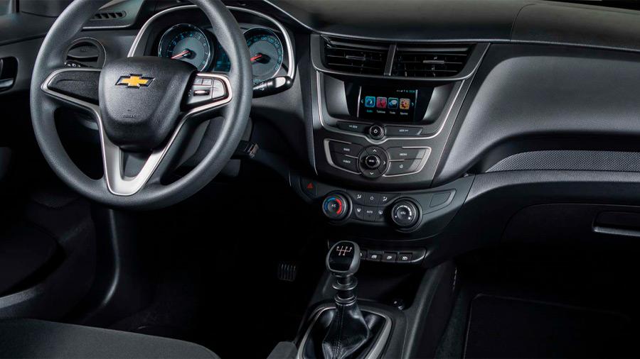 La cabina del Chevrolet Aveo LT 2022 se caracteriza por la presencia de plásticos rígidos