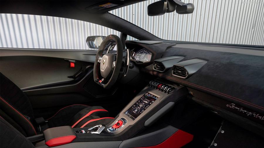 La cabina del Lamborghini Huracán precio recurre a tapicería en piel, alcantara y Carbon Skin