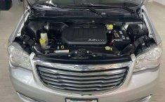 Se pone en venta Chrysler Town & Country 2011-11