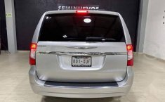 Se pone en venta Chrysler Town & Country 2011-6