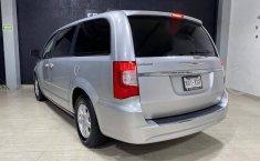 Se pone en venta Chrysler Town & Country 2011-4