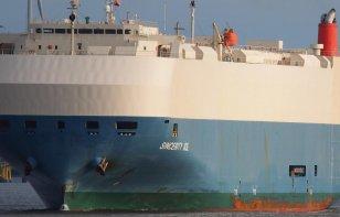 Un buque de Nissan con 3500 autos, a la deriva en el Pacífico