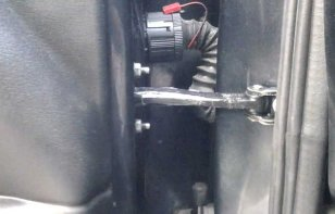 ¿Debo lubricar las bisagras y cerraduras de las puertas de mi coche?