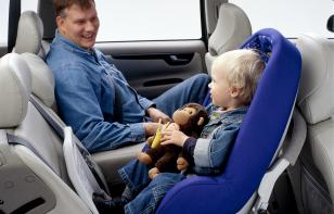No importa si viajas atrás, debes usar siempre el cinturón de seguridad