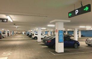Cómo conducir en el estacionamiento de los centros comerciales