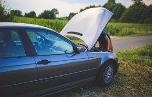 La forma correcta de revisar los niveles de líquidos de tu auto
