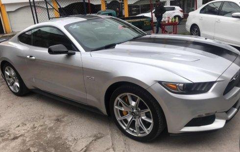 Carro Ford Mustang 2015 de único propietario en buen estado